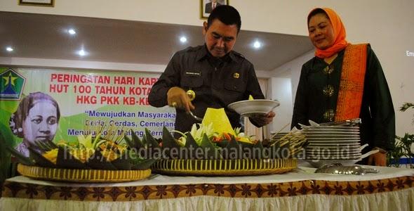 Wali-Kota-Malang-H.-Moch.-Anton-memotong-tumpeng-pada-acara-Peringatan-Hari-Kartini_2204MC