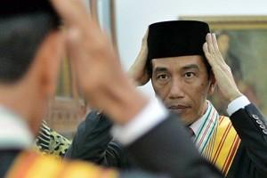 Presiden Joko Widodo bersiap sebelum pemotretan foto resmi di Istana Merdeka, Jakarta, Kamis (23/10